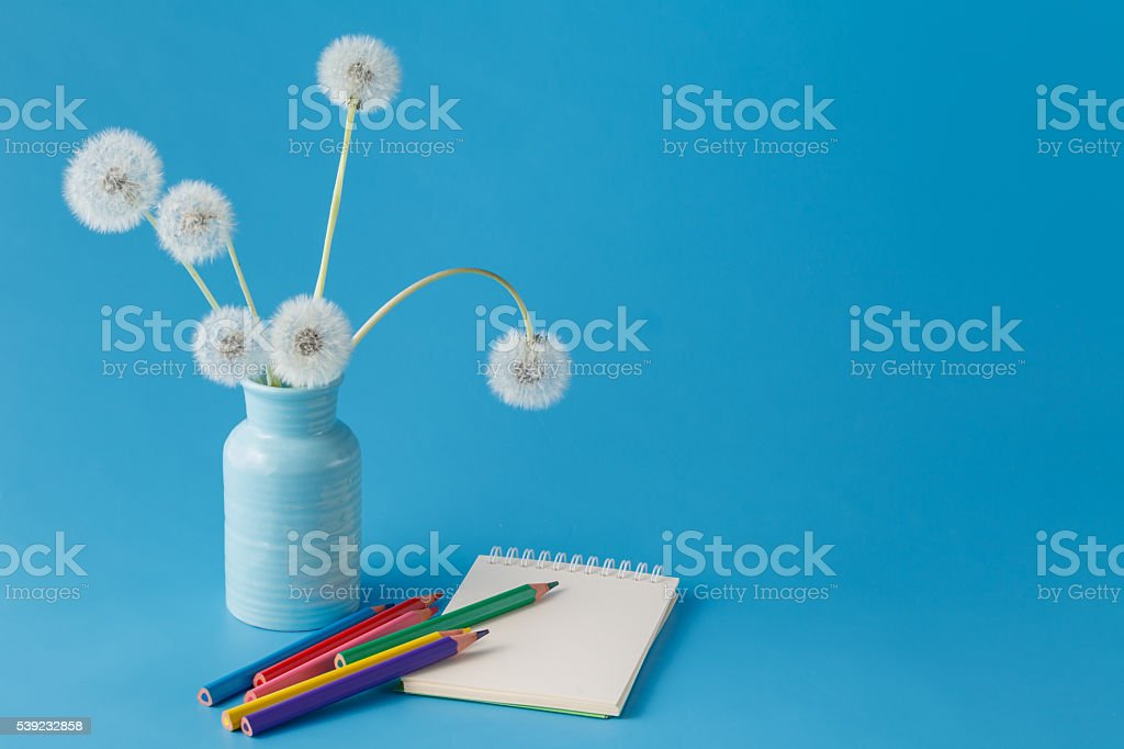 Blank paper and colorful pencils on blue table foto royalty-free