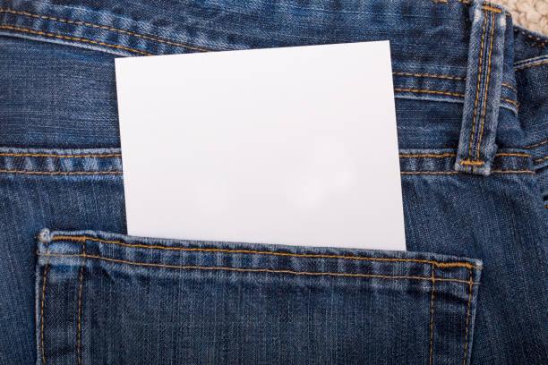 Papel em branco no bolso da calça jeans - foto de acervo