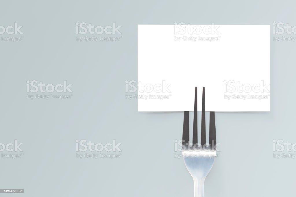 Cartão de maquete de papel em branco e um garfo. Layout criativo para business conceito de comida. - foto de acervo