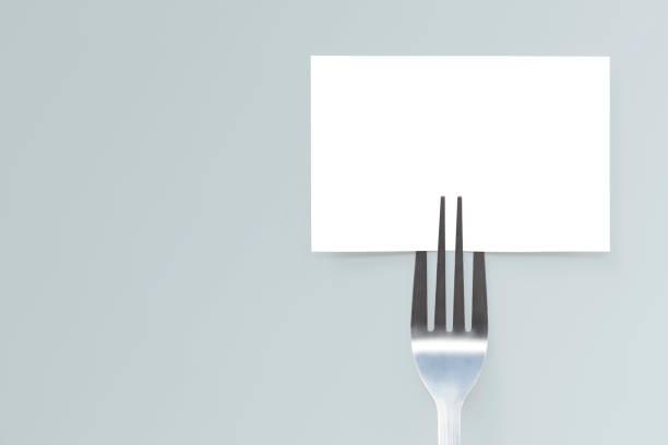 cartão de maquete de papel em branco e um garfo. layout criativo para business conceito de comida. - fine dining - fotografias e filmes do acervo