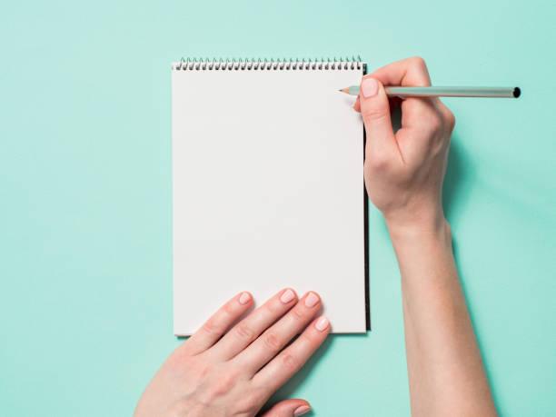 空白紙筆記本和帶鉛筆的母手 - 筆記本 個照片及圖片檔