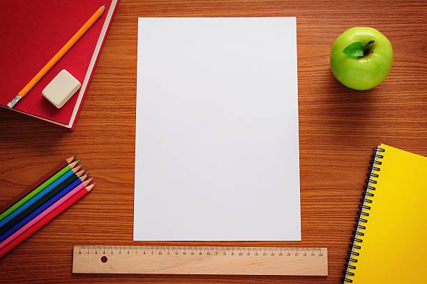 ブランク紙製のデスク - 学校の文房具 ストックフォトと画像