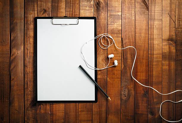 leere papier, stift und kopfhörer - menüplanung vorlagen stock-fotos und bilder