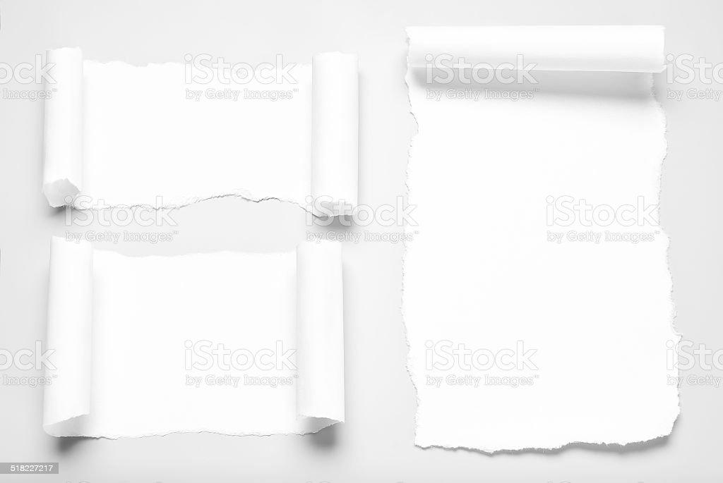 Morceaux de papier blanc sur fond gris curled corners - Photo