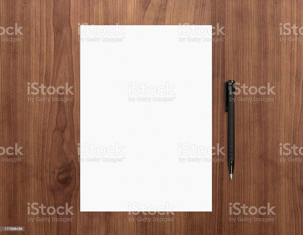 Leeres Papier mit Stift auf dem Schreibtisch – Foto