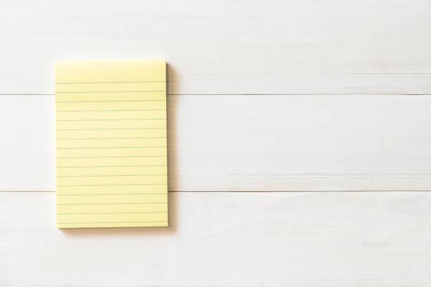 leere pastell gelb farbe erinnerung papierblock mit horizontalen linie streifen textfreiraum weymouthskiefer holz - menüplanung vorlagen stock-fotos und bilder
