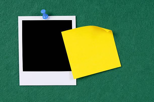 leere foto-muster mit gelben klebezettel - filzunterlage stock-fotos und bilder