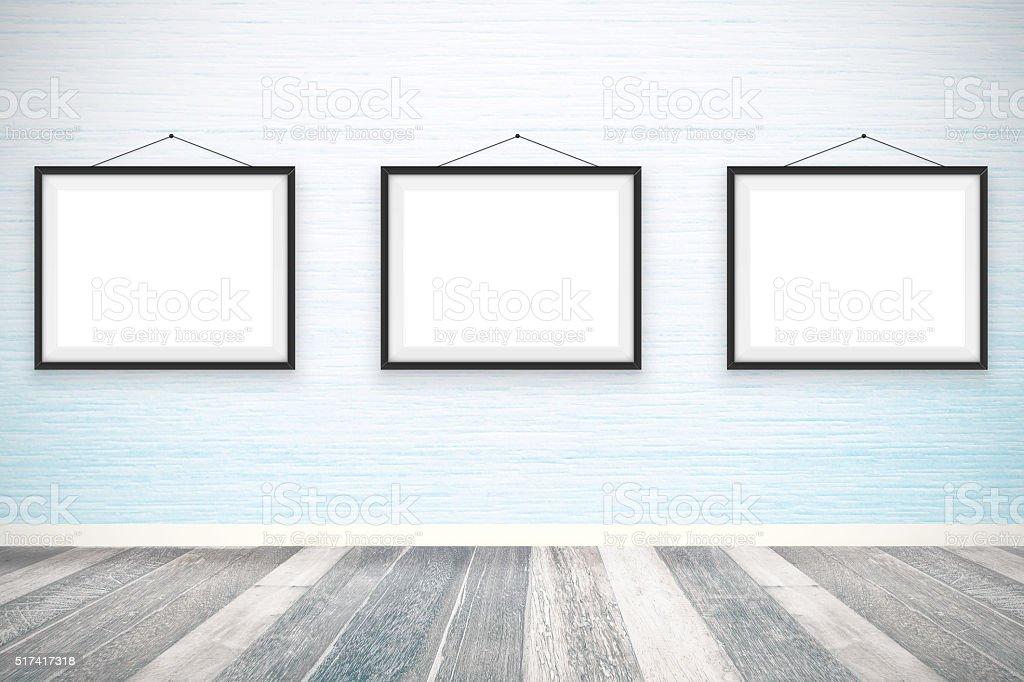 Vuote cornici per foto sulla parete di legno camera fotografie stock e altre immagini di - Parete interna in legno ...