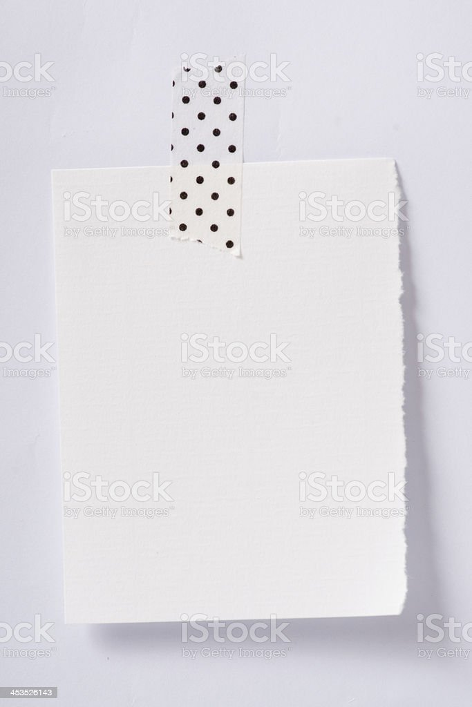 Leere Stück Papier abgedeckt whitenote an eine Wand – Foto