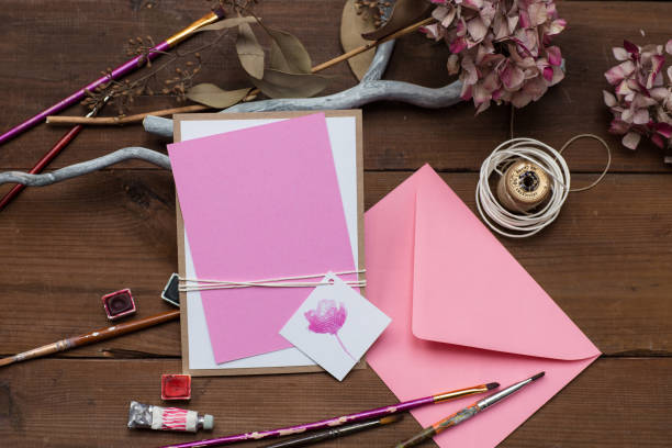 leere rosa hochzeitseinladung oder grußkarte mit kunst liefert rund um den tisch zu legen. - do it yourself invitations stock-fotos und bilder