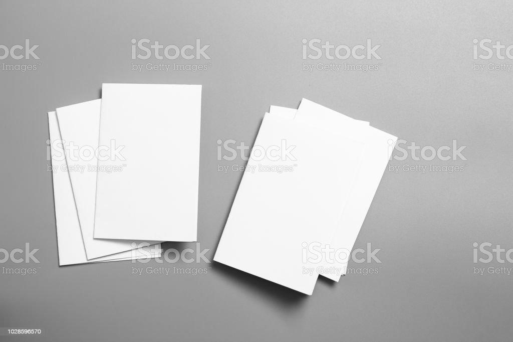 空白の肖像モックアップの紙パンフレット雑誌グレー変わりやすい背景に