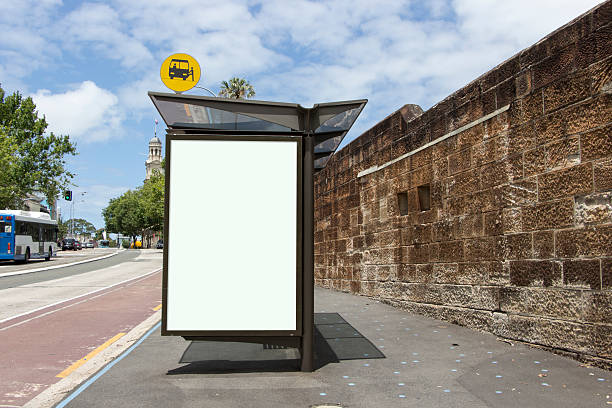 blank poster on bus stop - bushalte stockfoto's en -beelden