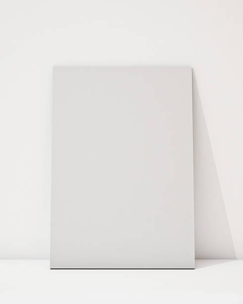 leere poster an der weißen wand und boden - karten wandkunst stock-fotos und bilder