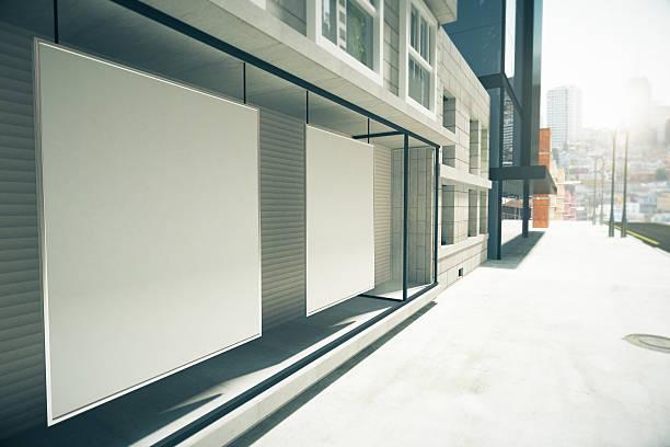 cartazes em branco da janela no primeiro andar - facade shop 3d - fotografias e filmes do acervo