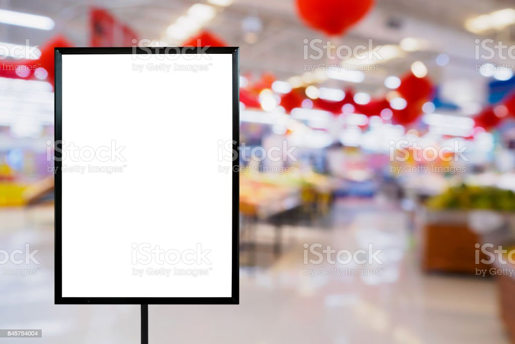 Tablero en blanco precio con tienda de supermercado - foto de stock