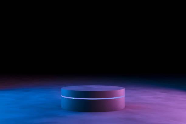 Leere Produktstand mit Neonröhren auf dunklem Hintergrund – Foto