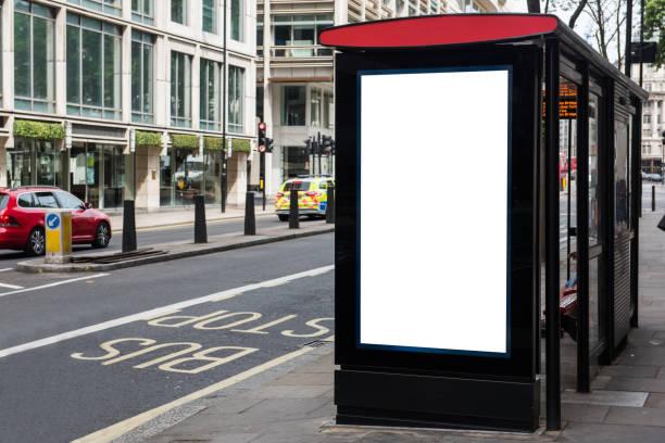 leere öffentliche werbetafel oder plakat an einer bushaltestelle mit textfreiraum - plakatieren stock-fotos und bilder