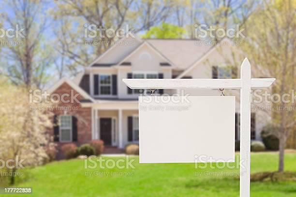 Blank real estate sign in front of new house picture id177722838?b=1&k=6&m=177722838&s=612x612&h=qagdrhndgtbp1eaj1di5prpnojxio4it12uruwlsjk0=