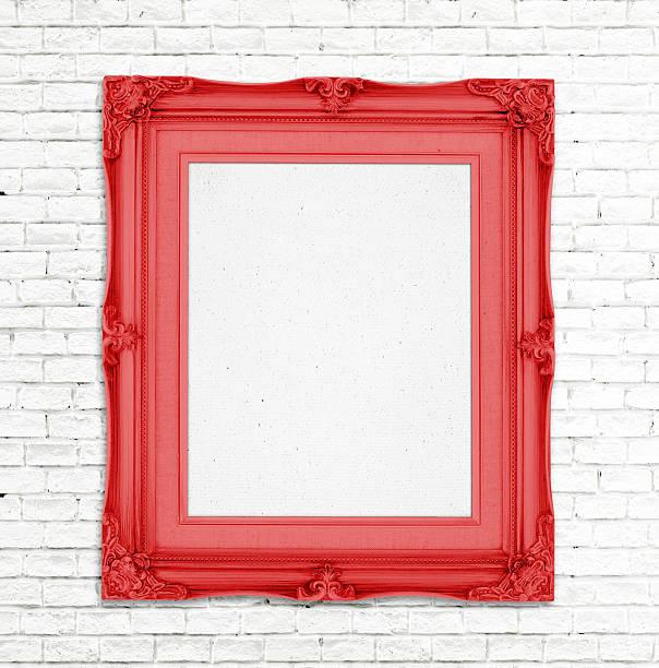 leere rot vintage bilderrahmen auf weiße wand - sammelalbum wandkunst stock-fotos und bilder