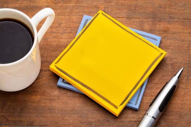 한 잔의 커피와 비어 알림 메모 - 커피 마실 것 뉴스 사진 이미지