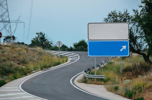 señal de tráfico en blanco en carretera. añadir su propio texto - señalización vial fotografías e imágenes de stock