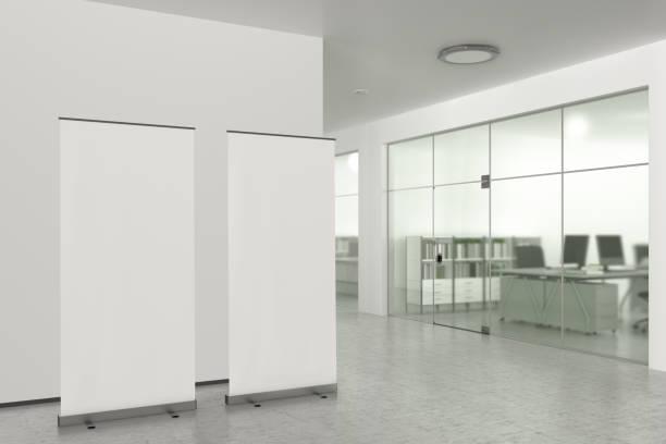 近代的なオフィスにバナー スタンドを空白のロール ストックフォト