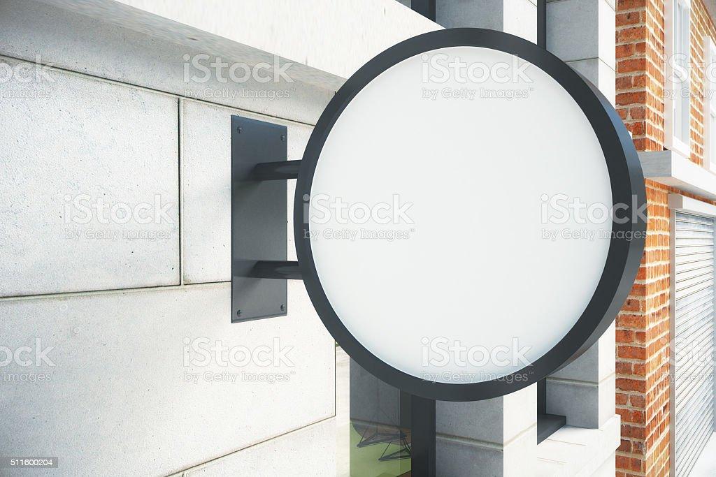 Blanco circular blanco letrero en la pared al aire libre - foto de stock