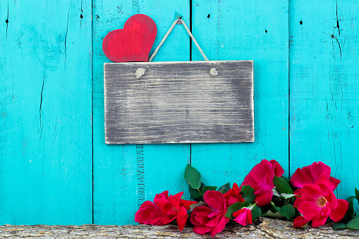 Blank rustic sign with red roses and heart