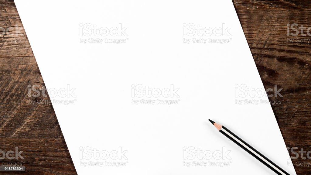 Leeres Blatt Papier und einen Stift – Foto