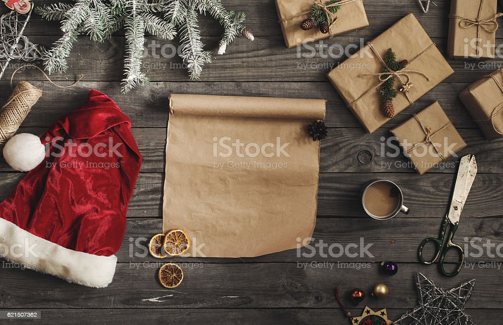 Blank sheet of paper with Christmas gift on wooden table foto stock royalty-free