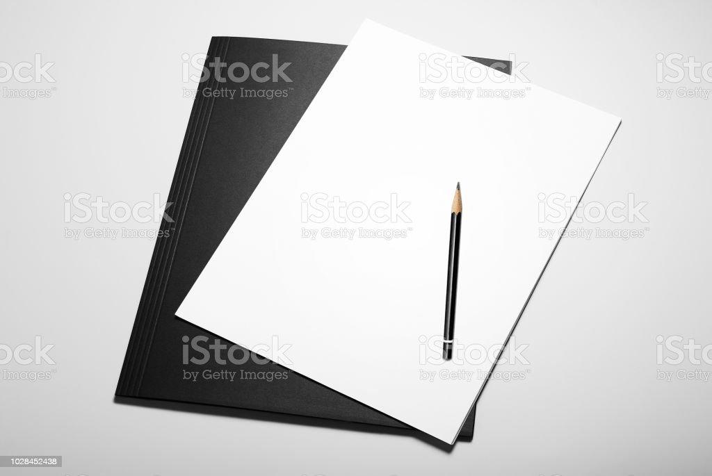 Feuilles blanches de papier et un crayon sur le dossier noir - Photo