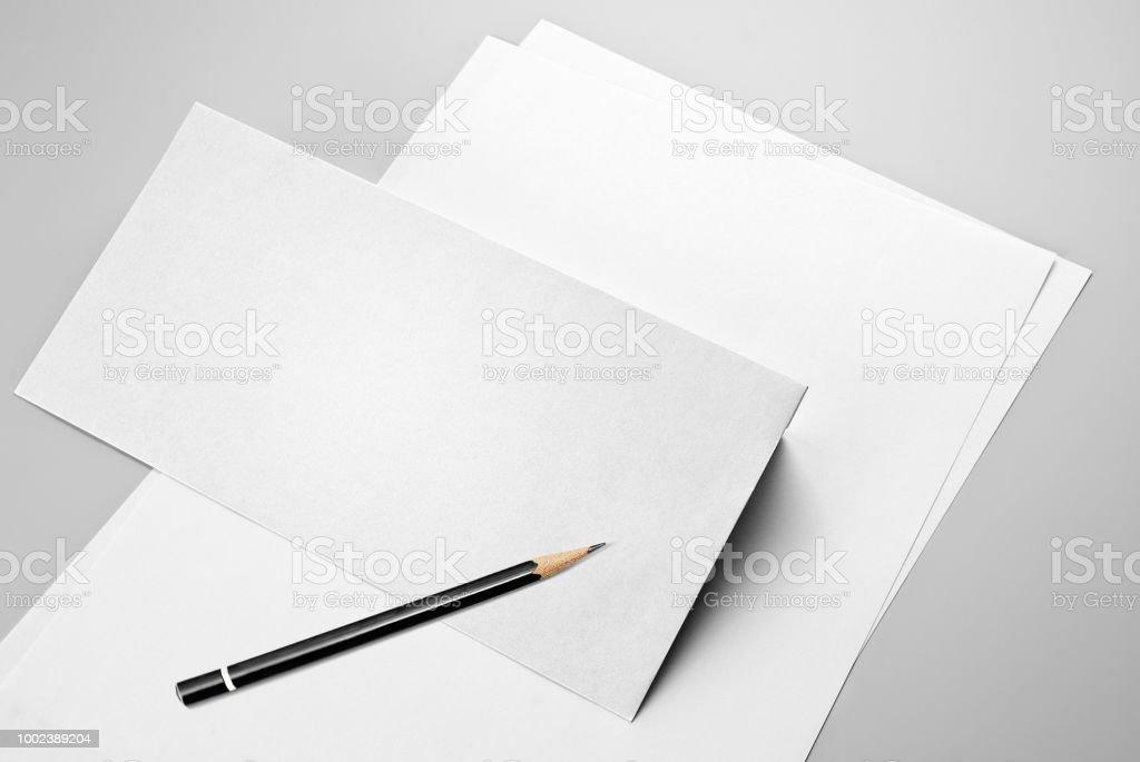 Feuilles blanches de papier, enveloppe et un crayon - Photo