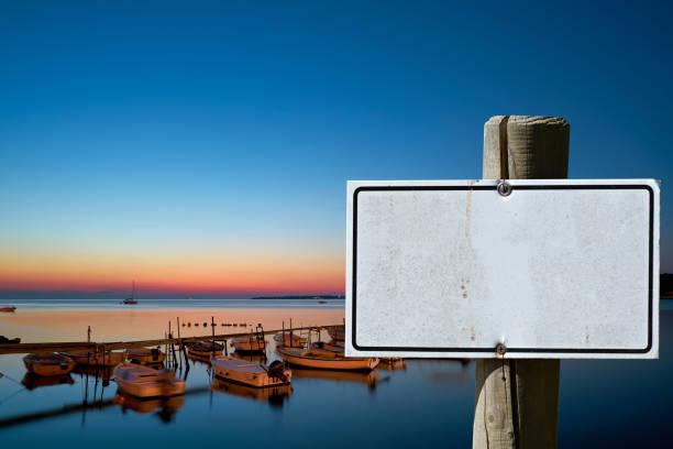 leeres zeichen mit kopierbereich - sonnenbrand heilen stock-fotos und bilder