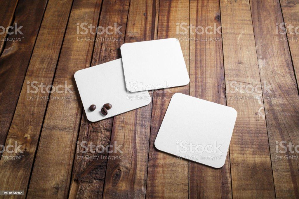 Posavasos cuadrados en blanco - foto de stock