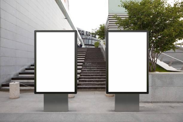 poster em branco do quadro de avisos da rua - dois objetos - fotografias e filmes do acervo