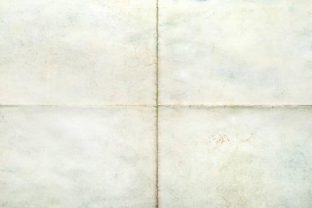 leere fläche, alte papierbogen mit falten - faltpapier stock-fotos und bilder