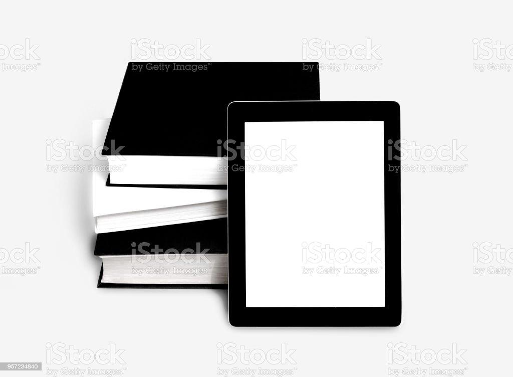 Vierges de tablette ou e-book et de pile de vieux livres - Photo
