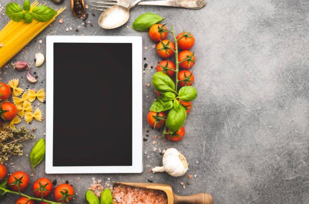 leere tablet mit zutaten zum kochen italienischen pasta - küche deko blog stock-fotos und bilder