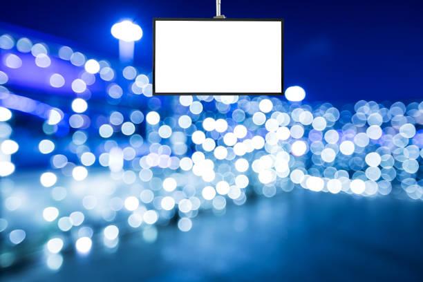 tv-bildschirm und hellen ort hintergrundunschärfe zu weihnachten - dekoration rund um den fernseher stock-fotos und bilder