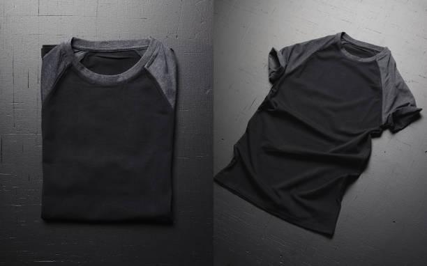 Blanke Vintage-Falt-T-Shirts auf dunklem Holzboden. Frontansicht von amerikanischen Hipsters Vintage-klassischen Klasschen. – Foto