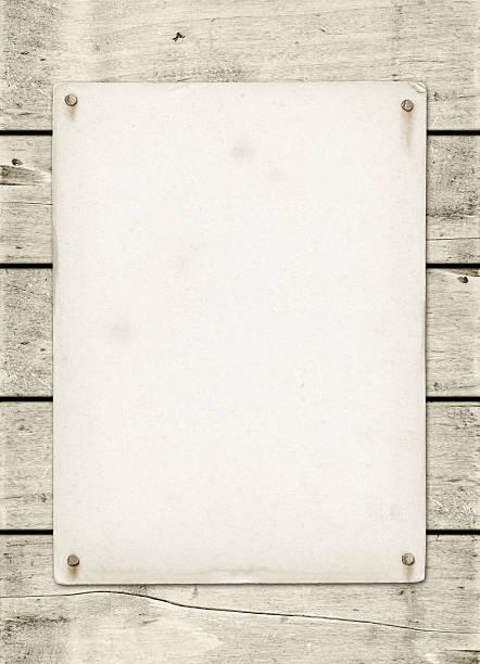 vide affiche vintage maîtrisé sur une planche en bois blanc - épingler photos et images de collection