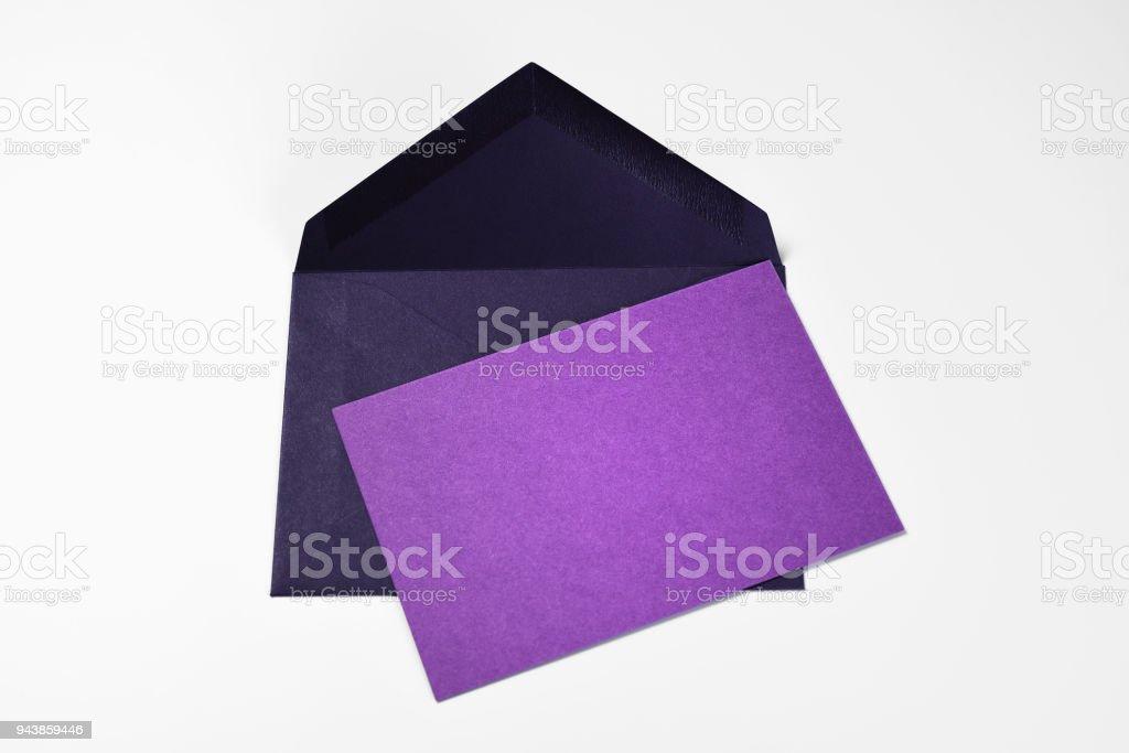 Carte violette vierge et une enveloppe bleue foncée - Photo
