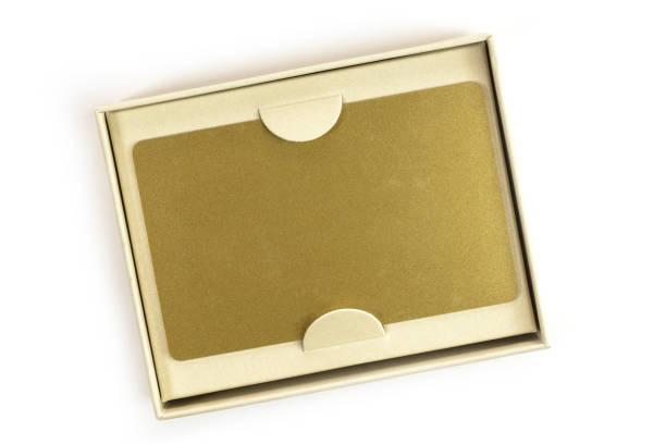 Carte VIP or vierge dans la boîte de cadeau blanc - Photo