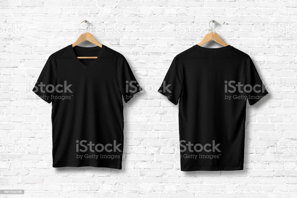 Maqueta de camisetas cuello en v blanco colgado en pared de ladrillo blanco, frente y parte posterior ven. - foto de stock