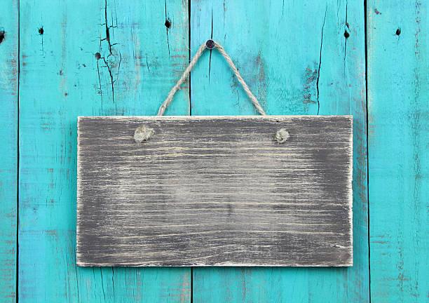 leere verwitterten schild hängen über holz-hintergrund alte blaugrün - wärmeplatte stock-fotos und bilder
