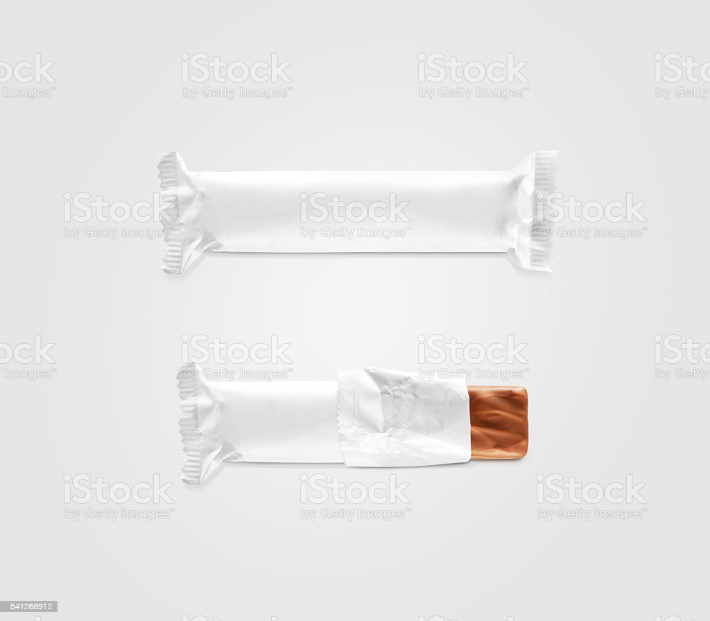Blank white candy bar plastic wrap mockup isolated. - foto de stock