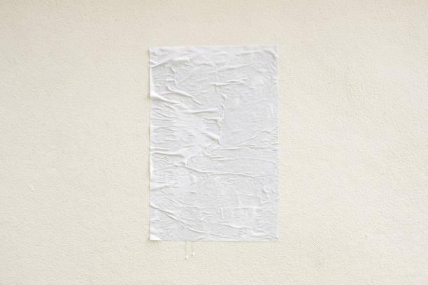 Leere weiße zerknittert und geknickt Kleber Straße Plakat Mockup auf Beton Wand Hintergrund – Foto