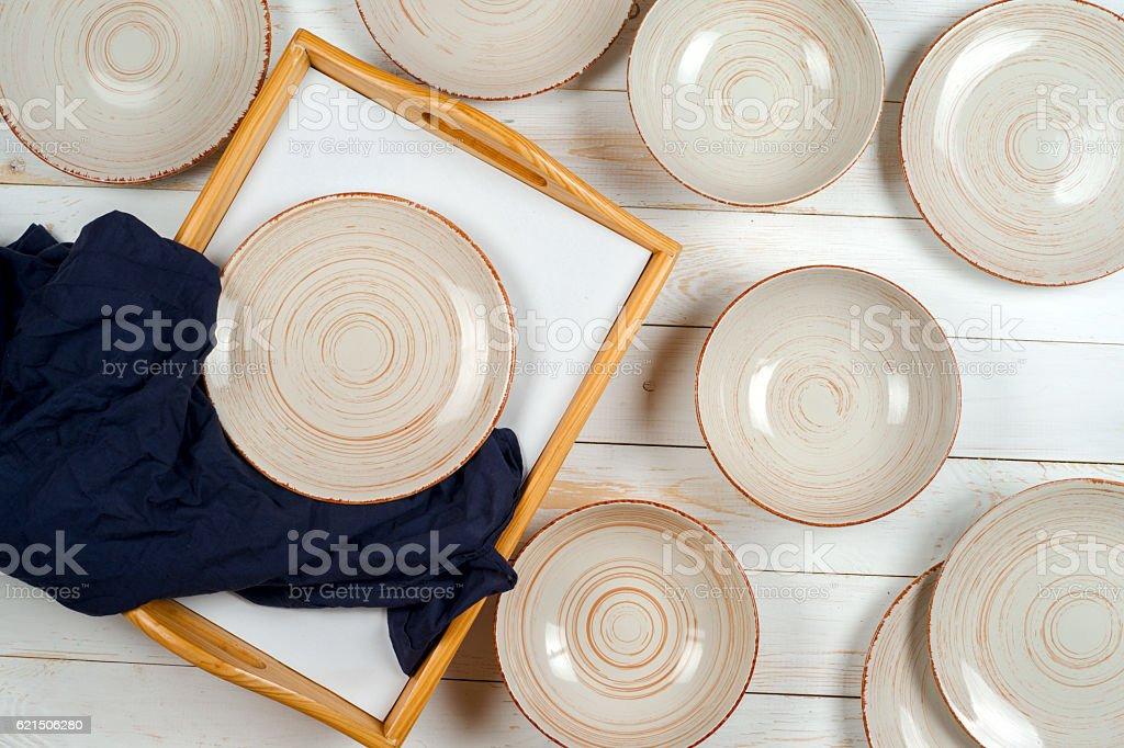 Vide plat blanc sur un fond de bois. photo libre de droits