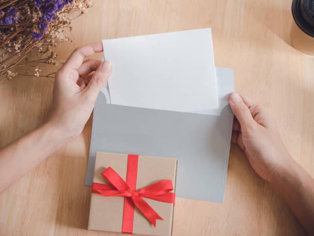 Leere weiße Grußkarte mit Umschlag und Geschenk-Box. für Modell-Vorlage. Vintage-Ton. – Foto