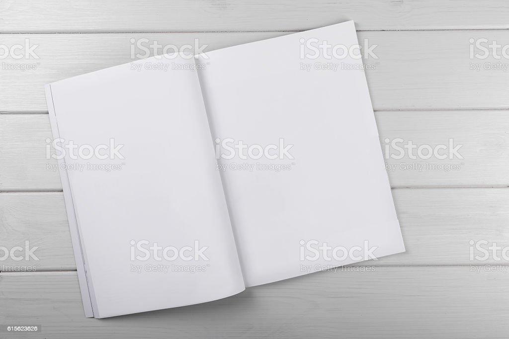 blank white magazine on wooden table – Foto
